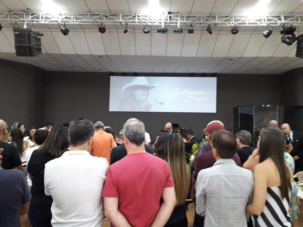 Parentes e amigos em velório do cantor Juliano Cezar, em Ribeirão Preto — Foto: Vinicius Alves/CBN Ribeirão
