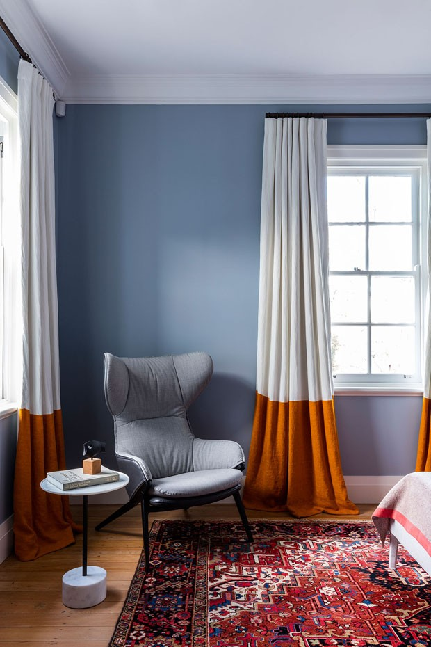 Décor do dia: quarto azul com cortina bicolor (Foto: Tom Ferguson)