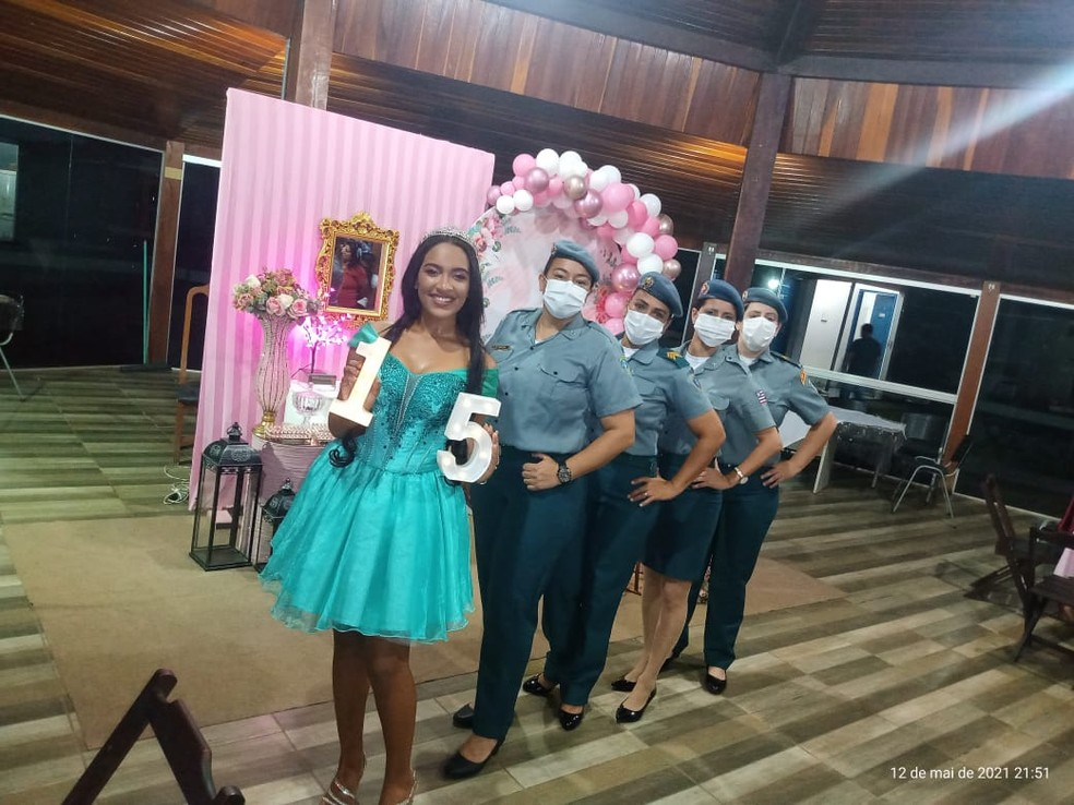 Adolescente que sonha em ser PM recebe festa de 15 anos surpresa de policiais — Foto: Divulgação