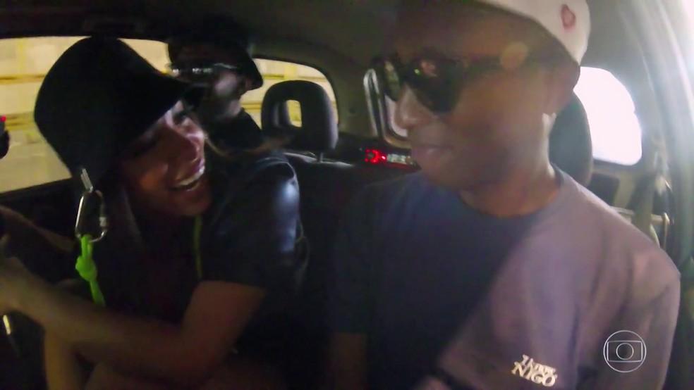 Anitta ataca de Dj e Pharrell Williams dança em carro ano 1996 — Foto: Reprodução/TV Globo