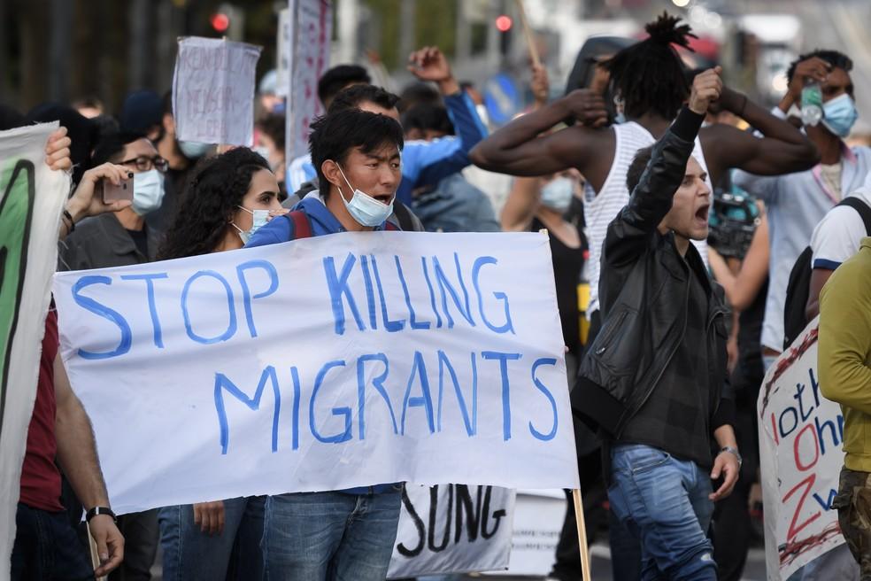 Manifestantes fazem protesto por direitos de migrantes em frente ao Parlamento da Suíça, em Berna, no dia 22 de setembro. — Foto: Fabrice Coffrini / AFP