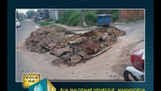 Buraco impede o tráfego de veículo na rua Waldemar Henrique em Ananindeua, no Pará
