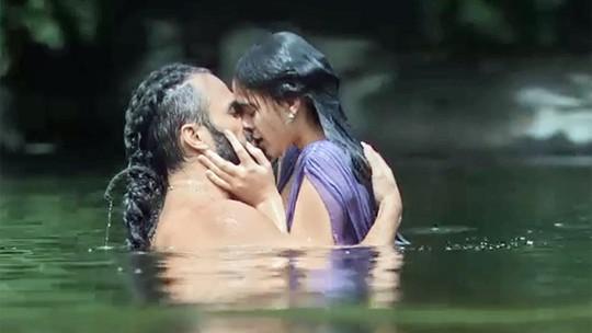 Personagens de Bruna Marquezine e José Fidalgo tomam banho de lago e quase são flagrados