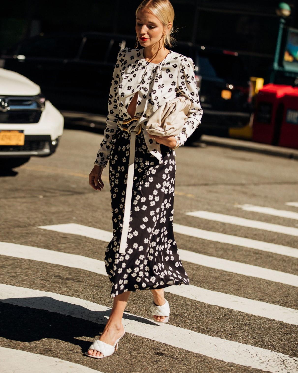 Resultado de imagem para A volta da elegância: fashionistas apostam no romantismo no street style da NYFW