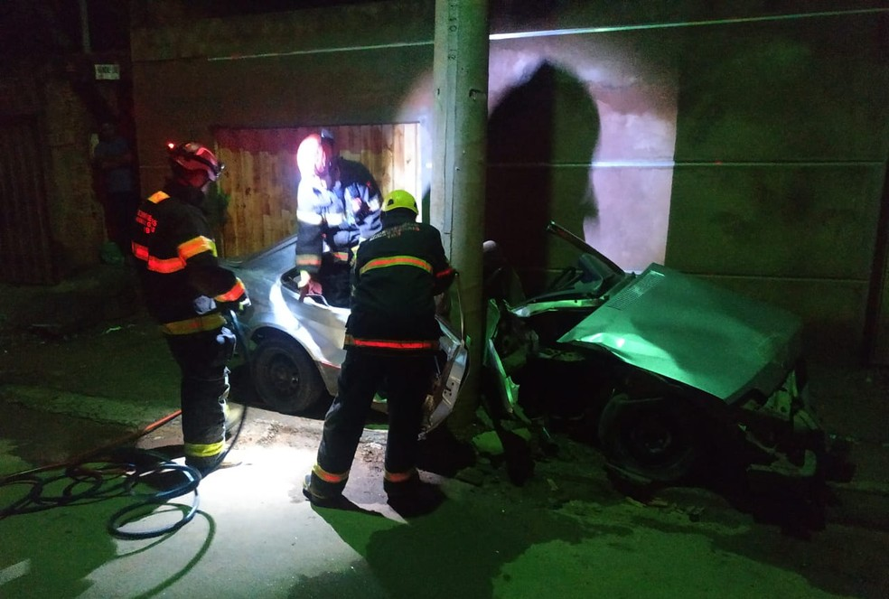 Bombeiros precisaram cortar o teto do carro para retirar o passageiro das ferragens — Foto: Corpo de Bombeiros/Divulgação
