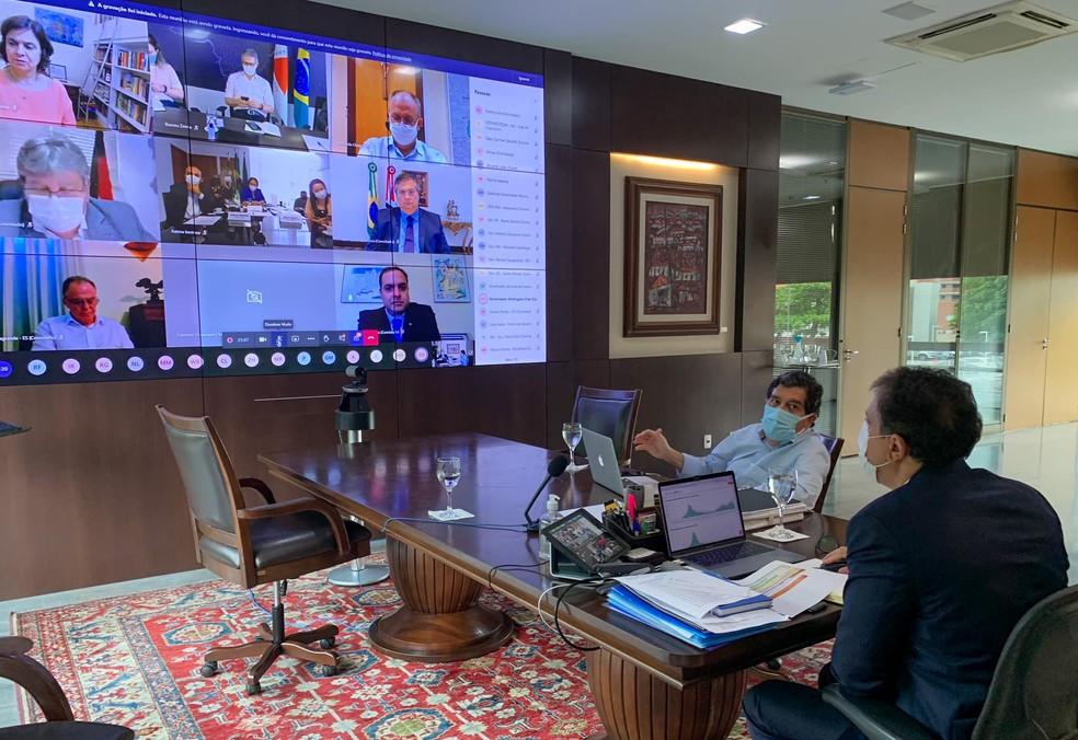O governador Camilo Santana e Dr. Cabeto, secretário de Saúde do Ceará, participaram de reunião com o Ministério da Saúde e outros governadores. — Foto: Facebook/Reprodução
