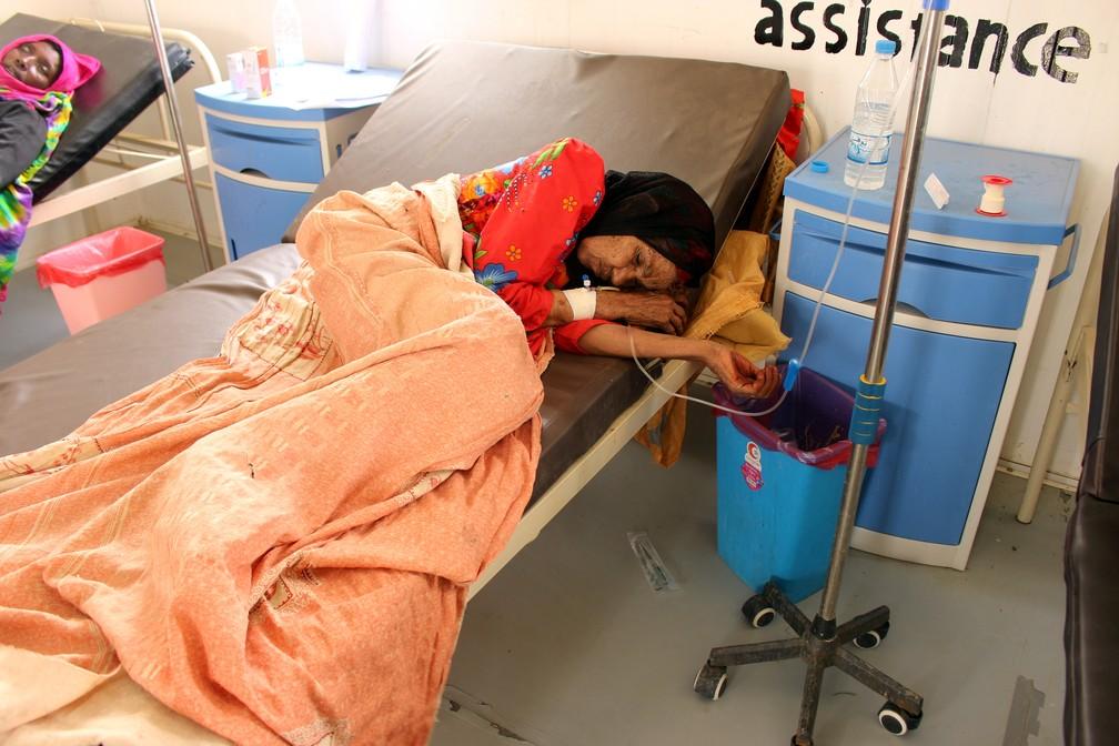 O conflito no Iêmen já causou uma crise humanitária no país. Na foto, uma paciente com cólera recebe atendimento na cidade de Islim, no noroeste do país, no dia 9 de junho. — Foto: Eissa Alragehi/Reuters