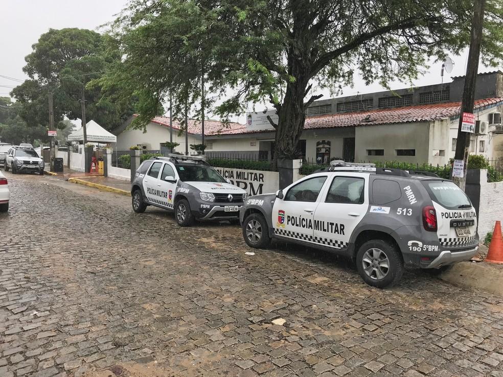 No 5º BPM, que atende aos bairro da Zona Sul, apenas uma viatura havia deixado a unidade até as 10h05 — Foto: Valnei Júnior/Inter TV Cabugi