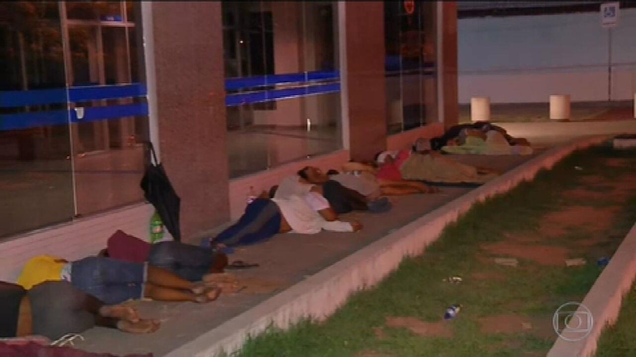 Moradores de Fortaleza dormem na porta de agência da Caixa
