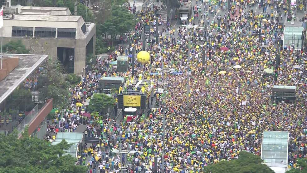 SÃO PAULO, 17h20: Manifestantes se concentram em frente ao prédio da Fiesp — Foto: GloboNews/Reprodução
