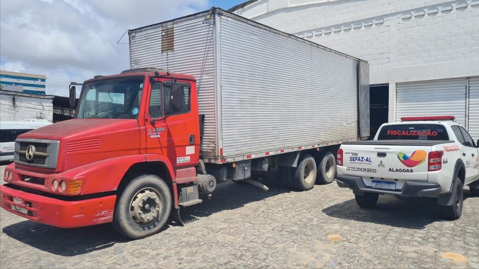 Caminhão de Pernambuco trouxe carga de bebidas com nota fiscal falsa a Alagoas — Foto: COE da Sefaz