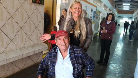 339fc476b19 Ele pediu ajuda a uma amiga para poder chegar no colégio eleitoral.