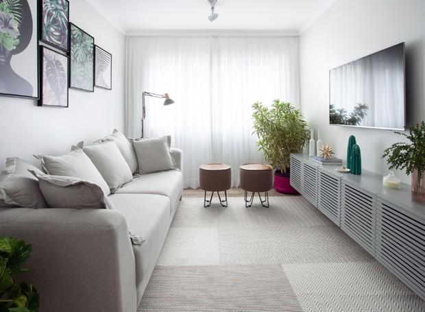 A sala tornou-se um espaço grande para confraternizações. O sofá é da Kasa & Estilo. Os quadros são da Urban arts. As poltronas são da Open box 2. O rack foi criação da arquiteta (Foto: Divulgação)