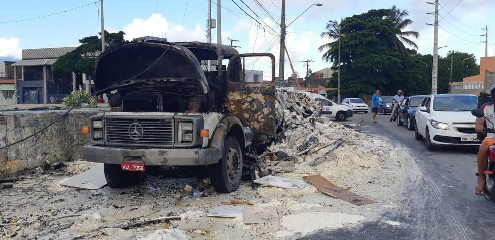 Caminhão carregado de trigo foi incendiado em Fortaleza — Foto: Leábem Monteiro/ SVM