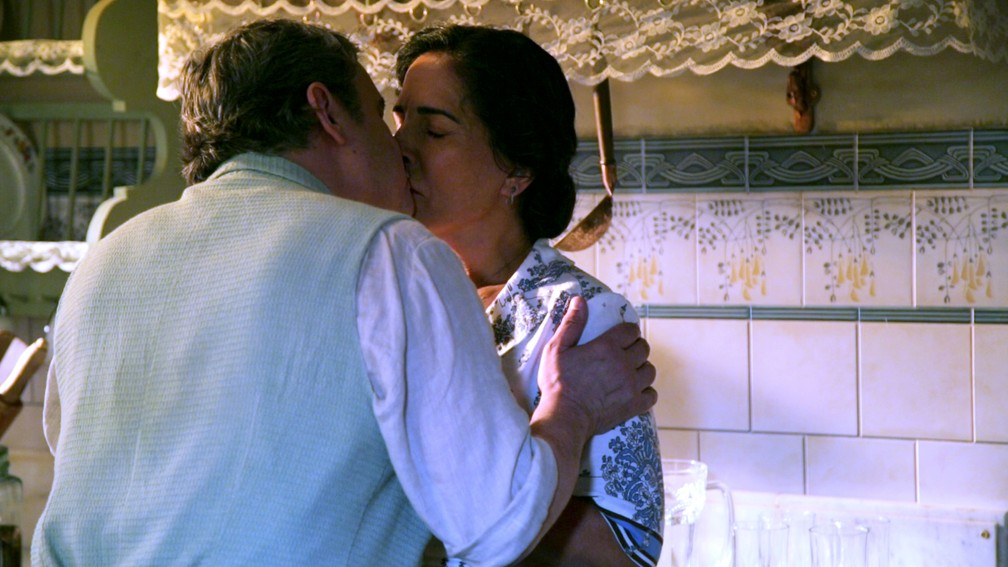Afonso (Cássio Gabus Mendes) beija Lola (Gloria Pires) em 'Éramos Seis' — Foto: Paulo Damasceno/Gshow