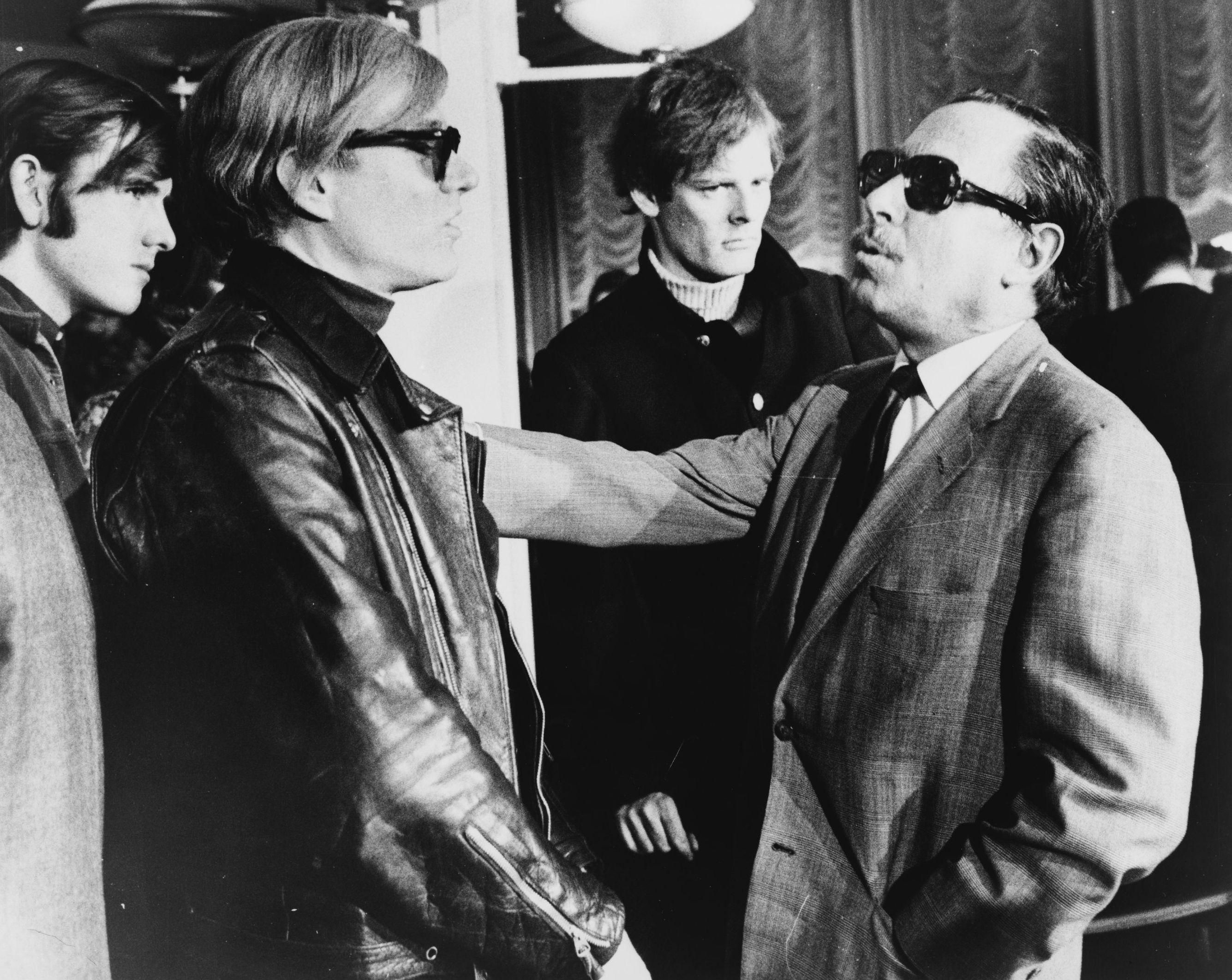 Andy Warhol à esquerda (Foto: Wikimedia Commons )