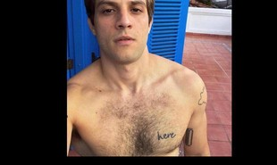Chay Suede exibiu, em suas redes sociais, uma tatuagem com a palavra 'here', gravada do lado esquerdo do peito | Reprodução/ Instagram