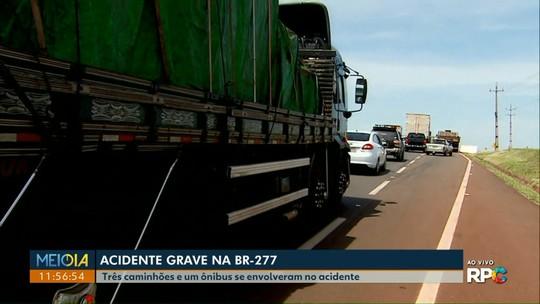 Engavetamento entre caminhões, ônibus e carros deixa feridos na BR-277