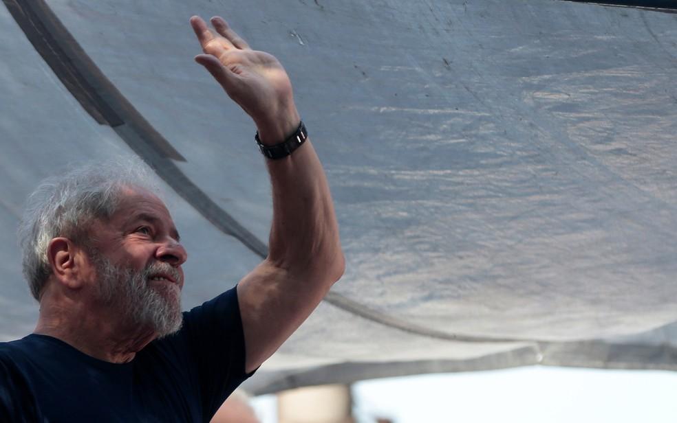 Lula no sábado (7), em frente ao sindicato dos metalúrgicos do ABC, horas antes de se entregar à PF (Foto: Leonardo Benassatto/Reuters)