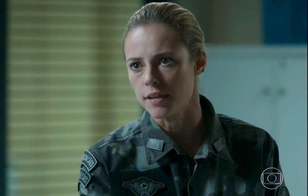 Em 'A Força do Querer', Jeiza (Paolla Oliveira) ameaça prender Bibi (Juliana Paes) — Foto: Globo