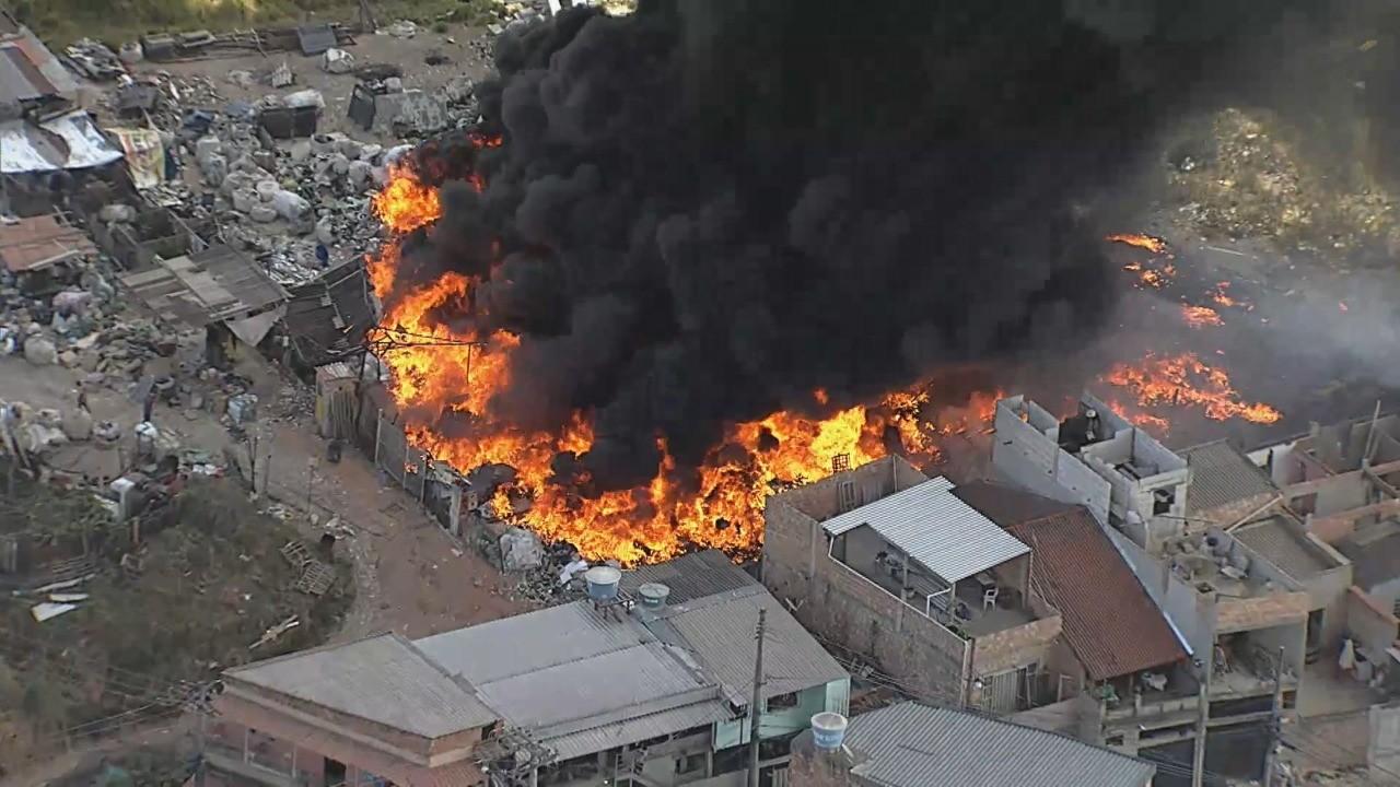 Incêndio de grandes proporções em galpão de materiais recicláveis atinge casas em Contagem; FOTOS