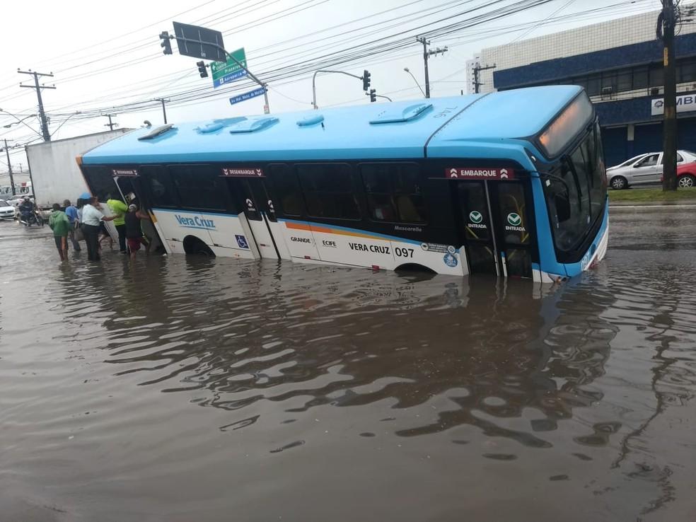 Passageiros saem de ônibus caído na Avenida Mascarenhas de Morais, na Zona Sul do Recife â?? Foto: Reprodução/WhatsApp