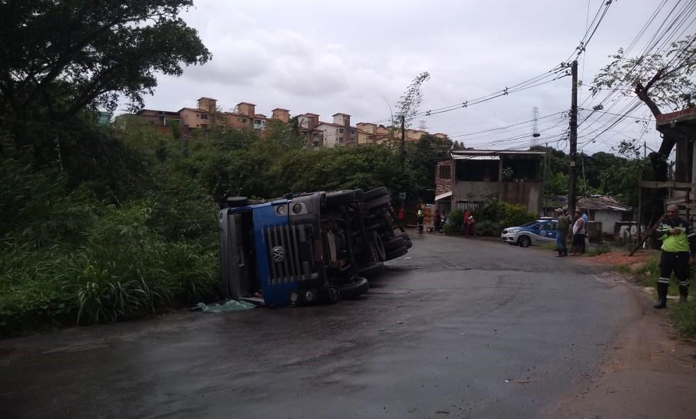 Caminhão tomba no bairro de Boca da Mata, em Salvador — Foto: Cid Vaz/TV Bahia