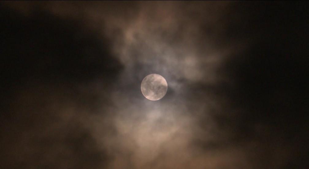 Fenômeno ocorre quando o perigeu da Lua - ponto da órbita mais próximo da Terra - coincide com a Lua Cheia — Foto: Reprodução/Rede Amazônica Acre