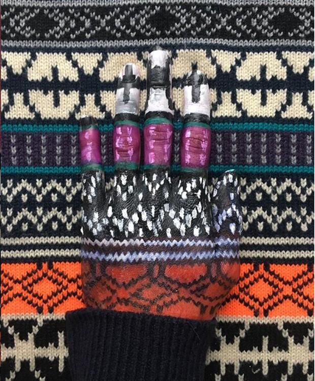 Uma mão fica camuflada sobre um tecido estampado (Foto: Instagram/ Reprodução)