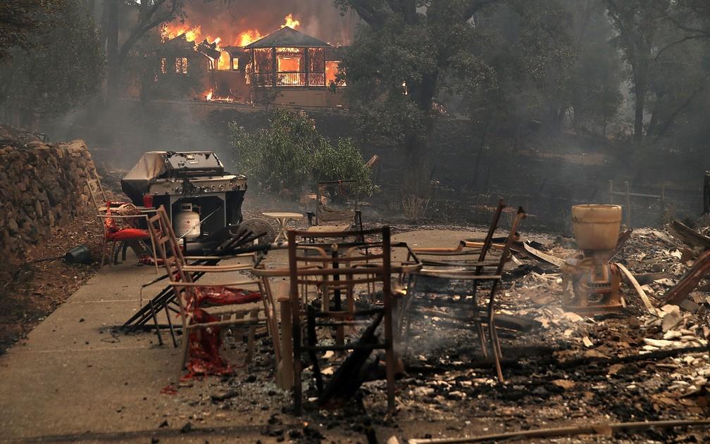 Chamas consomem uma casa durante incêndio em Glen Ellen, na Califórnia, na segunda-feira (9) (Foto: Justin Sullivan/Getty Images/AFP)