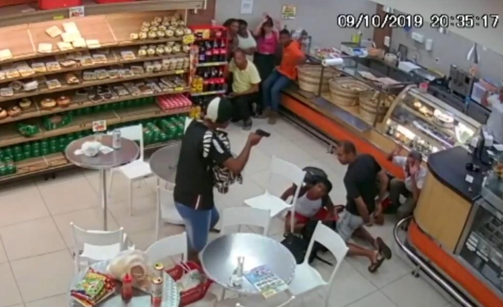 Homem usa arma para ameaçar vítimas em roubo dentro de mercado  — Foto: Reprodução/TV Bahia