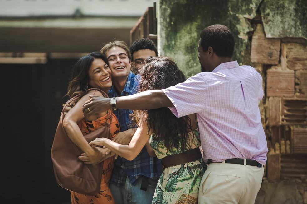 João (Rafael Vitti) ao lado da família na saída da prisão  — Foto: Fabiano Battaglin/Gshow