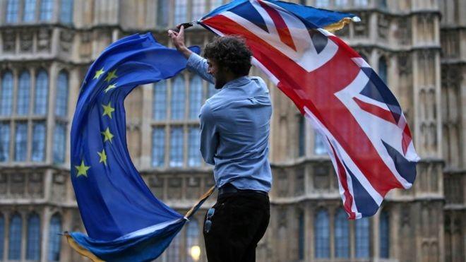 A União Europeia e o Reino Unido acabam de assinar um acordo que prevê os termos da saída dos britânicos do bloco regional (Foto: AFP via BBC)