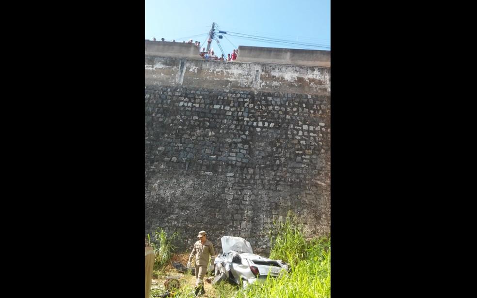 Carro despencou após atravessar muro de contenção em Vitória de Santo Antão, na Zona da Mata de Pernambuco, na quarta-feira (6) — Foto: Reprodução/WhatsApp
