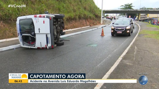 Homem fica ferido após van que ele dirigia capotar na Avenida Luís Eduardo Magalhães