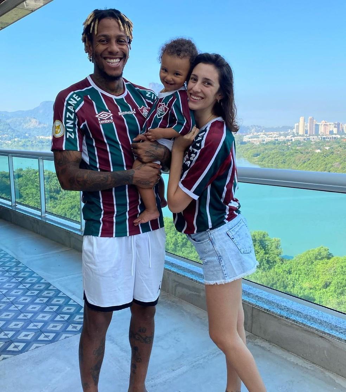Abel ao lado da esposa, Flor, e da filha, Juana, trajados de Tricolor — Foto: Divulgação