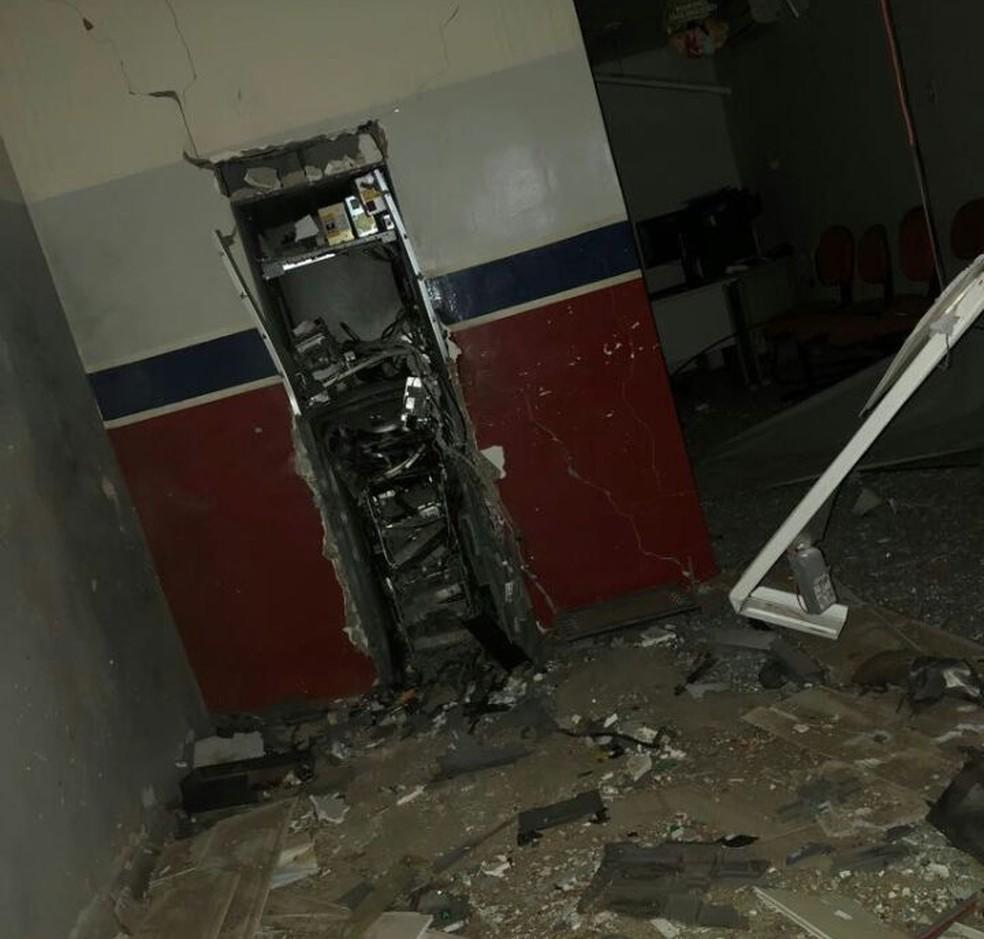Caixa eletrônico foi explodido dentro do posto de atendimento, em Tacaratu (Foto: Divulgação/Sindicato dos Bancários)