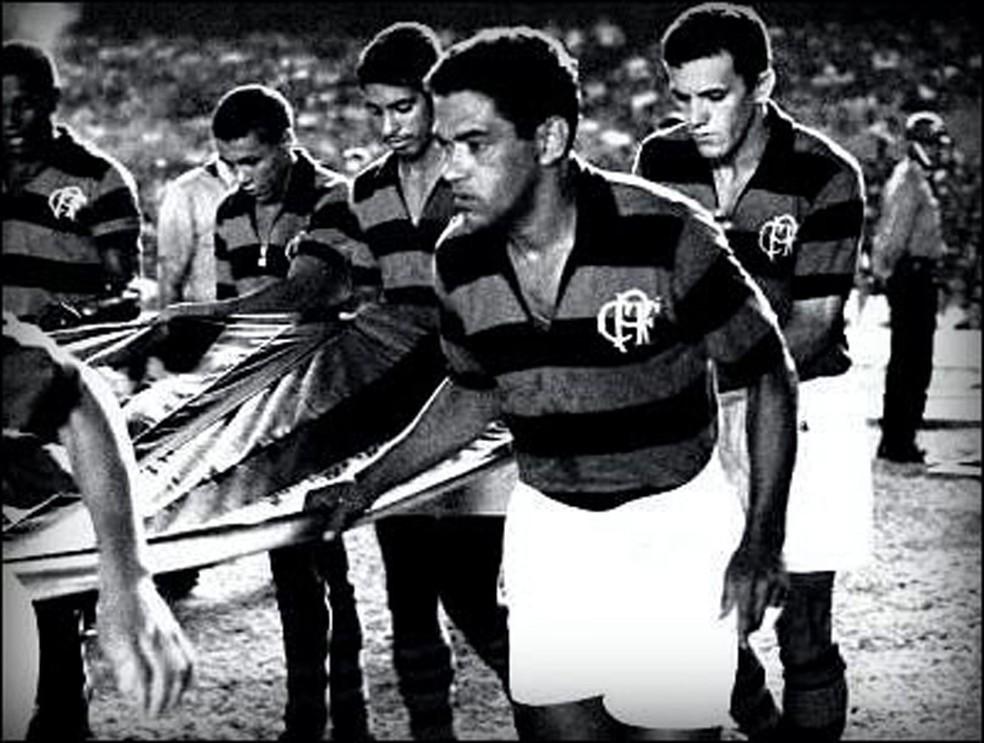 Garrincha entra em campo com a camisa do Flamengo em 1968 — Foto: Arquivo
