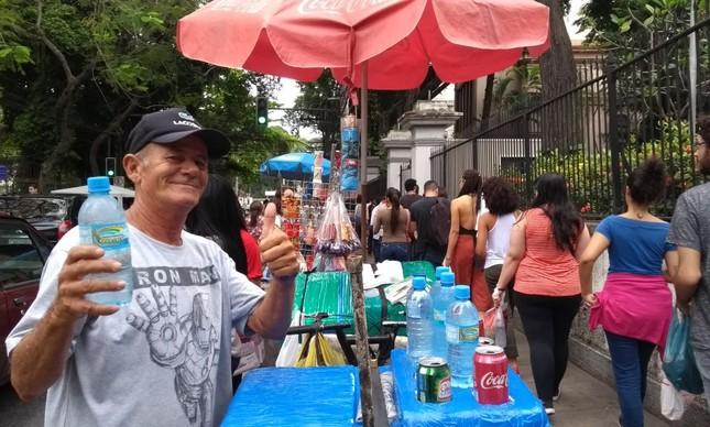 'Àgua da sabedoria': vendedor faz propaganda na porta de local de prova