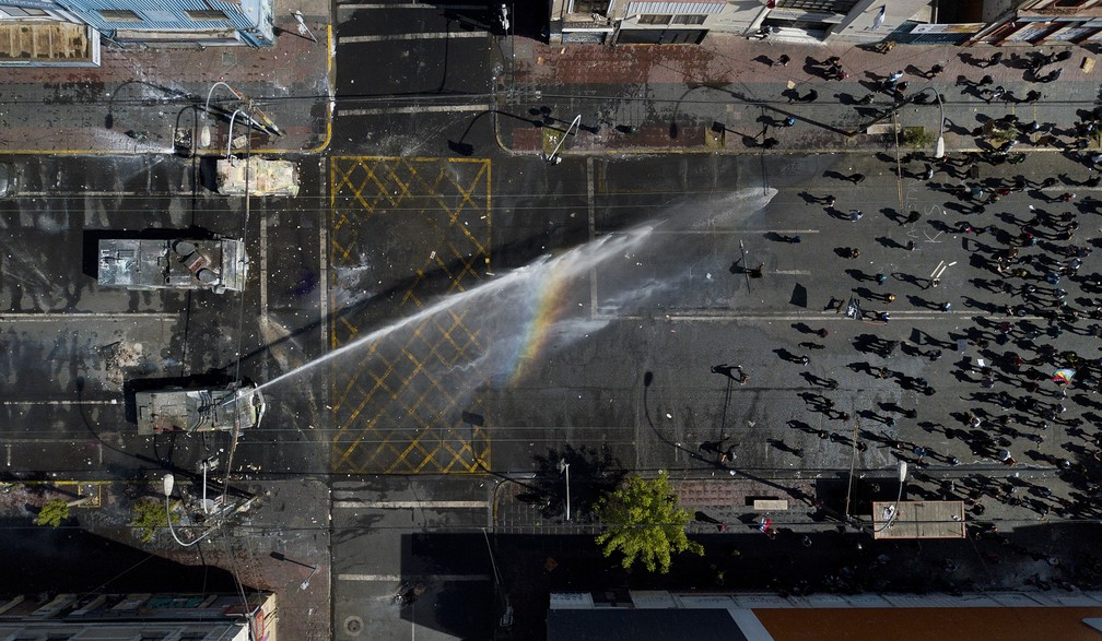 Polícia dispersa manifestantes em Valparaíso, no Chile, com canhão de água; protesto ocorreu neste sábado (26) — Foto: Matias Delacroix/AP Photo