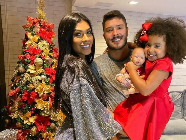 Pocah e Ronan Souza com a filha da cantora, Vitória (Foto: Reprodução/Instagram)