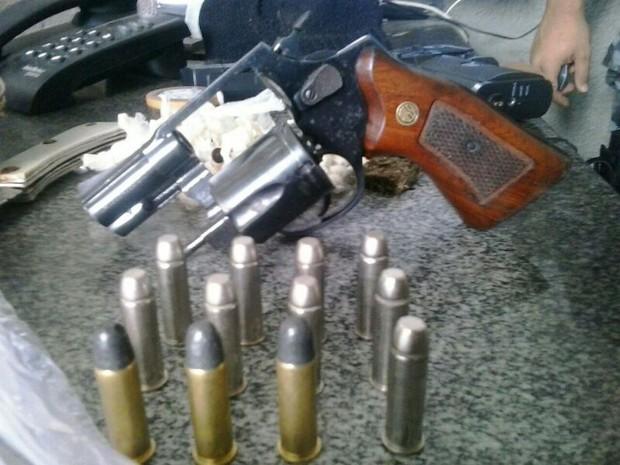 Revólver e munição foram apreendidos com o suspeito (Foto: Divulgação/2º BPM)