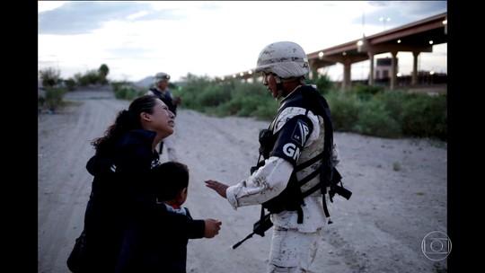 Fotos mostram mãe guatemalteca implorando para soldado deixá-la entrar nos EUA