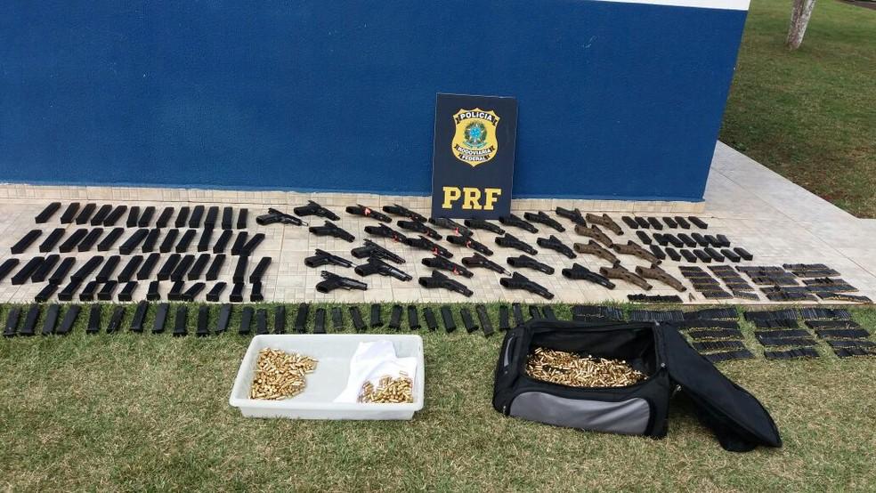 Segundo a PRF, arsenal deveria ser levado para o Rio de Janeiro (Foto: PRF/Divulgação)