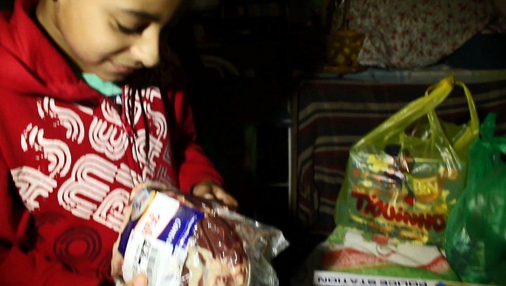 Kauan ao receber o pacote de carne (Foto: Rodrigo Sargaço/EPTV)