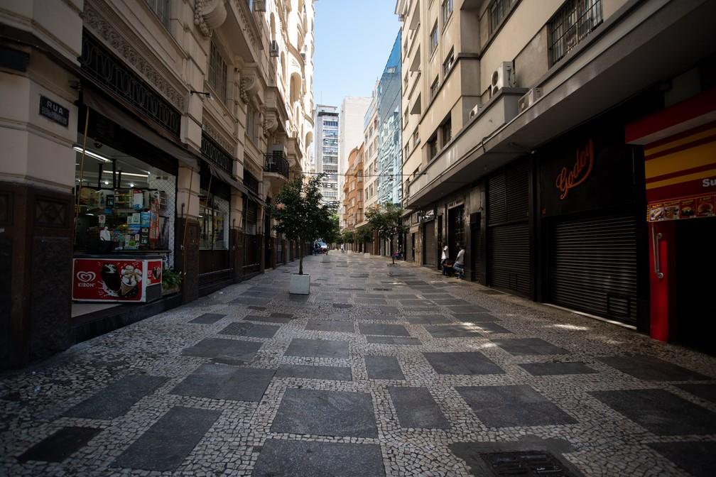 Centro de São Paulo é visto com pouco movimento na manhã desta segunda-feira (23) — Foto: Marcelo Brandt/G1