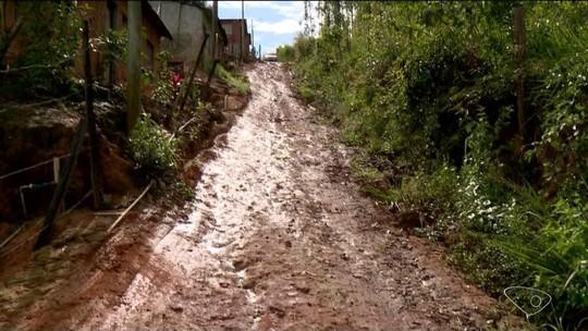 Rua sem asfalto fica tomada pela lama e causa transtornos a moradores em Linhares, ES