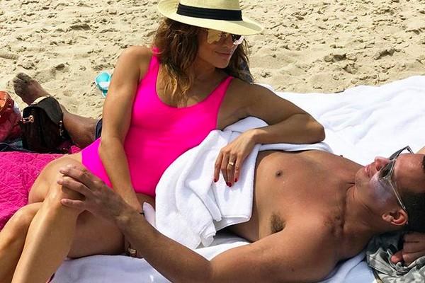A cantora Jennifer Lopez em uma praia na companhia do namorado, o ex-jogador de beisebol Alex Rodriguez (Foto: Instagram)
