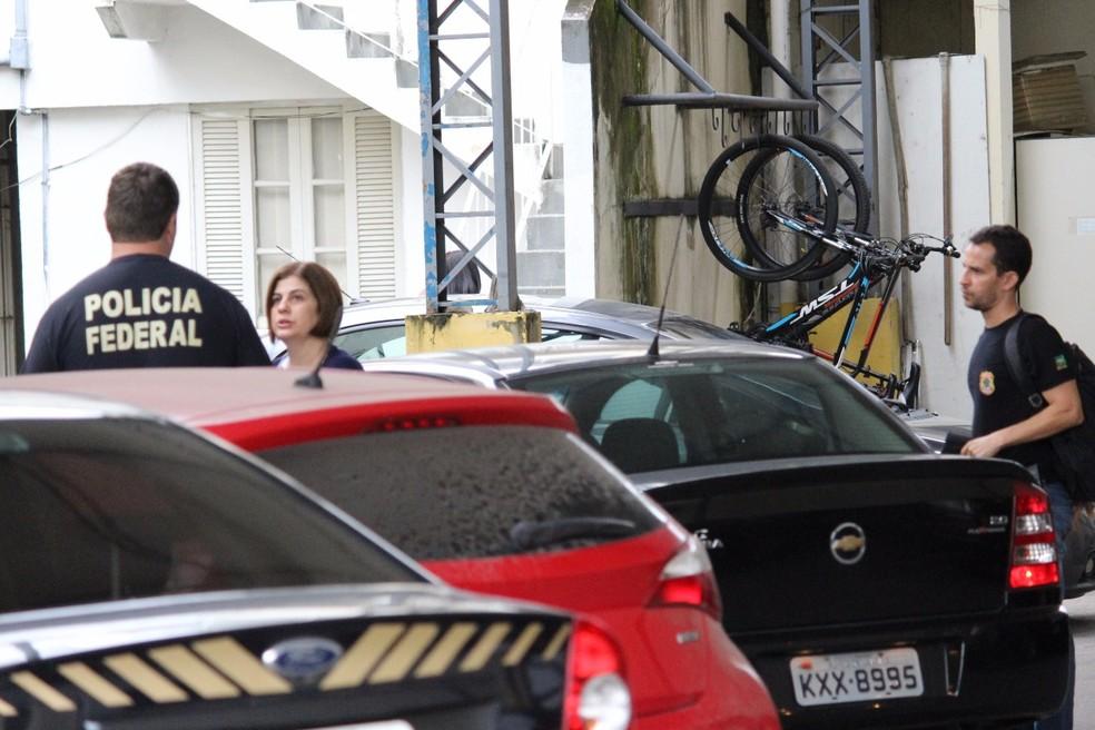 Rosinha Matheus na sede da Polícia Federal em Campos dos Goytacazes. (Foto: Phelipe Soares/NF Notícias)