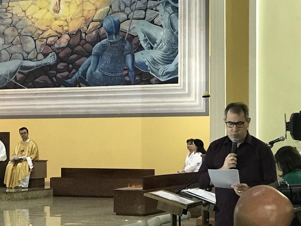 Sobrevivente do acidente aéreo com a Chapecoense Rafael Henzel é responsável pela oração na catedral em homenagem às vítimas na madrugada desta quarta-feira (29) em Chapecó (Foto: Cahê Mota/GloboEsporte.com)